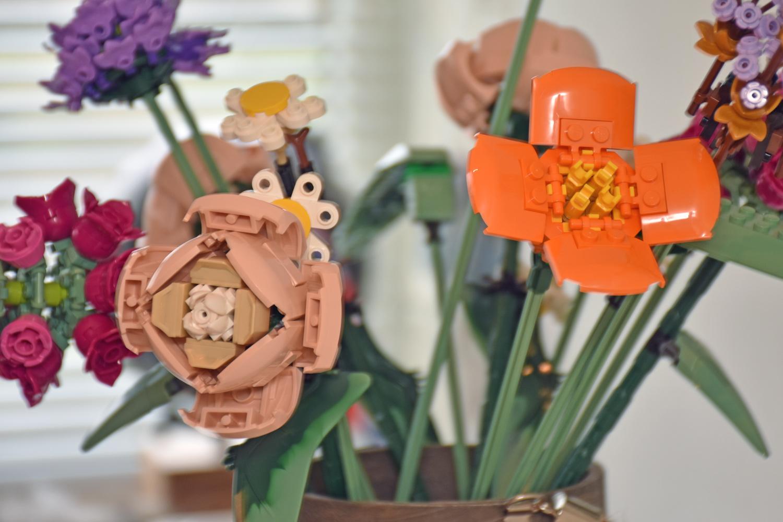 Close-up van de nougatkleurige pioenroos en oranje klaproos uit LEGO 10280 Bloemenboeket