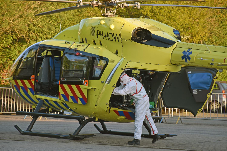 Lifeliner5 wordt ontsmet nadat een coronapatiënt is vervoerd.