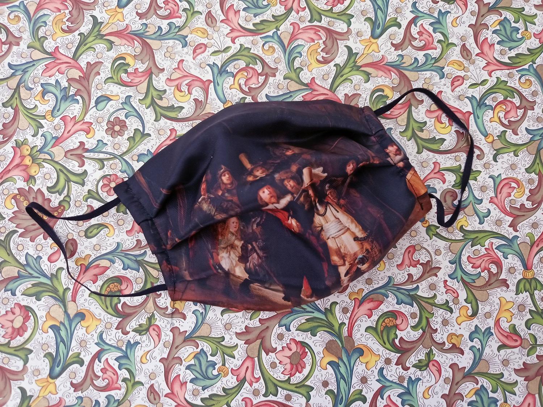 Wie zich afficheert met kunst, kan een mondkapje met 'De Nachtwacht' kopen op bol.com.
